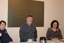 Pavel Štýbr (uprostřed pod svým obrazem) s kurátorem své výstavy Michalem Pěchoučkem (vlevo) a ředitelkou Galerie města Plzně Zuzanou Motlovou.