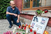 V plzeňském depu zřídili pietní místo za strojvedoucí, kteří nepřežili nehodu u Domažlic. Na snímku přednosta provozního pracoviště Plzeň Ondřej Živný.