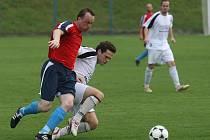 První vítězství v sezoně si připsali na své konto fotbalisté Rapidu Plzeň. Na snímku v souboji Milan Brabec (v červeném) s jedním z Boleveckých.