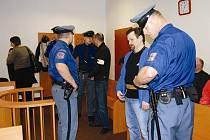 Osvobozený vězeň Pavel Tauchen (na snímku druhý zprava) byl naposledy 2. listopadu odsouzen na pět let. Spolu se svými kumpány vyloupili pomocí výbušniny několik trezorů v zemědělských družstvech na Plzeňsku.