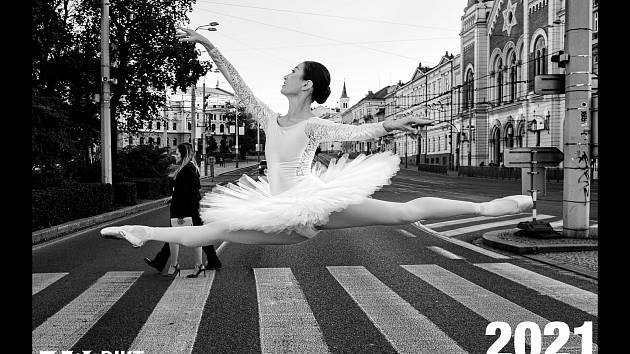 Rodinu dvouletého Nicolase, který prochází náročnou léčbou rakoviny, podpoří výtěžek z prodeje kalendáře vydaného baletním souborem plzeňského Divadla J. K. Tyla.