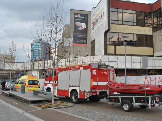 Žena na mostě přivolala k Inwestu policii, záchranku i hasiče.