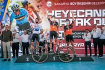 Jezdci týmu Canyon Northwave slaví triumf v závodě světové maratonské série v Turecku: zleva druhý Andreas Seewald, vítěz Martin Stošek a třetí Kristián Hynek.