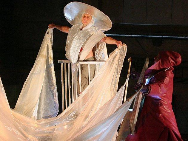 O úvodní představení divadelního bloku letošního ročníku festivalu Živá ulice se postarali členové polského souboru Teatr Ósmego Dnia. Ve velké hale v areálu DEPO2015 sehráli spolu se sedmi lokálními performery představení SUMMIT 2.0