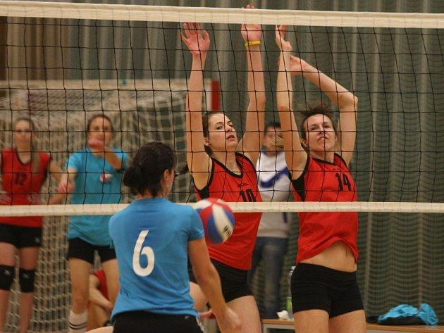 Volejbalistky Lokomotivy Plzeň Jana Fuchsová a Aneta Doljaková (zprava za sítí) zastavují útok soupeřky ve vítězném utkání s týmem ABC Braník.