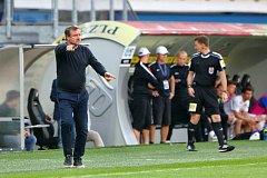 Trenér Vrba při zápase se Slováckem emotivně koučoval svůj tým, po utkání uklidňoval rozlícené fanoušky.