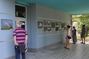 Výstava Obloha v atriu Gymnázia Františka Křižíka.