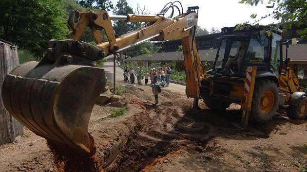 V současnosti probíhají práce na stavbě budov pro africká zvířata. Nevyhovující dřevěné boudy už brzy nahradí nové stáje