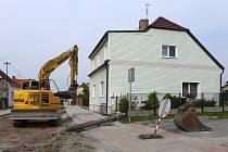 Stavební firma při rekonstukci Nádražní ulice ve Zbůchu porazila sloup elektrického vedení.