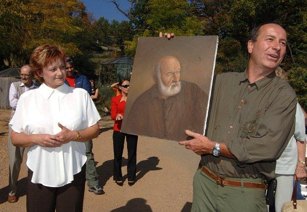 Portrét svého otce, cestovatele a zoologa Josefa Vágnera,  předala včera při slavnostním otevření nového pavilonu afrických kopytníků řediteli plzeňské zoo Jiřímu Trávníčkovi Lenka Vágnerová.