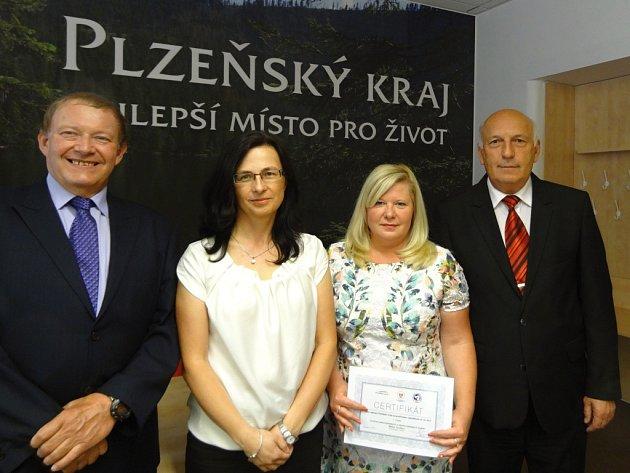 První místo v kategorii veřejného sektoru získalo Centrum pečovatelských a ošetřovatelských služeb Město Touškov. Cenu převzala ředitelka Lenka Šeflová (druhá zprava)