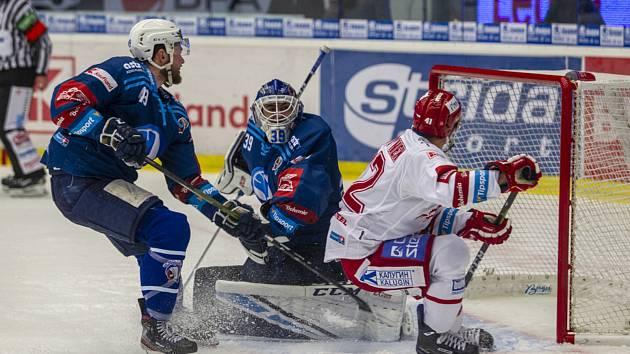 Obránce Vojtěch Budík (vlevo) před brankářem Dominikem Pavlátem blokuje Rostislava Martynka z týmu Třince v posledním vzájemném zápase v Plzni, který Škodovka vyhrála 5:0.