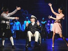 Jako první česká scéna uvedlo v sobotu plzeňské Divadlo J. K. Tyla americký muzikál Prodavači snů. Na snímku z inscenace Jiří Unter- müller, Bronislav Kotiš (alternující s Janem Křížem) a Daniela Šinkorová