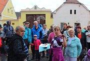 Po zahájení nedělních oslav se mohli obyvatelé i návštěvníci Dýšiny vydat na vycházku po místních památkách, kterou vedla Pavla Velleková. Zájem o ni byl velký, návsí se nechali provádět také rodáci, kteří se do Dýšiny vrátili po letech.