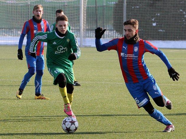 Jediná branka rozhodla přípravné střetnutí mezi juniorským celkem FC Viktorie Plzeň (hráč v červenomodrém), která dokázala porazit po podzimu vedoucí celek divizní skupina A 1. FC Karlovy Vary
