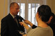 Hejtman Plzeňského kraje Petr Zimmermann vysvětluje novinářům, proč nebude opětovně kandidovat za ODS v podzimních volbách do krajského zastupitelstva. Zimmerman je hejtmanem od listopadu 2000. Uvažuje, že od roku 2009 by mohl být evropským poslancem.