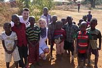 Jakub Mach a jeho přítelkyně Klára Vášová s dětmi v Malawi