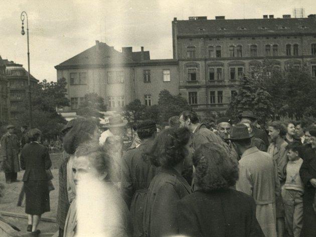 Známěstí  Republiky se někteří lidé odebrali kMasarykově soše na Dukelském (dnešním Masarykově) náměstí. Oněkolik hodin později byla socha antidemonsranty stržena
