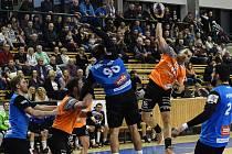 Milan Ivančev (s míčem) vstřelil ve středu Kopřivnici devět branek. V nedělním utkání proti Brnu (házenkáři v modrém) dal tři góly. Talent porazil Moravany 34:31.