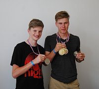 MLADÉ PUŠKY. Ondřej Hasman a Jan Hašek (na snímku zleva) ukazují cenné kovy, které vybojovali ve Francii  na mistrovství Evropy v MTBO.
