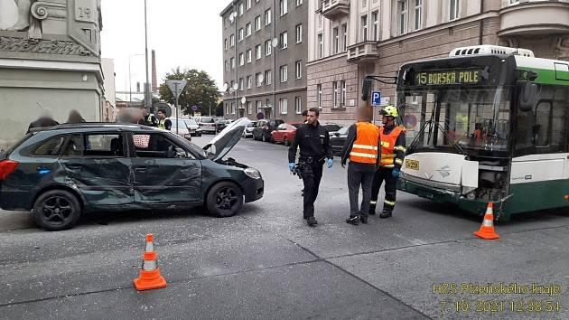 Střet trolejbusu s osobním automobilem na křižovatce ulic Koperníkova a Bendova v Plzni.