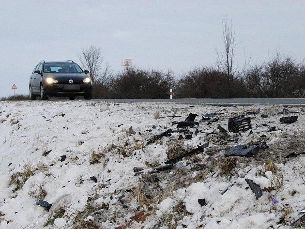 Nehodu na silnici I/20 Plzeň-Karlovy Vary v pondělí připomínaly už jen zbytky zdemolovaného vozu