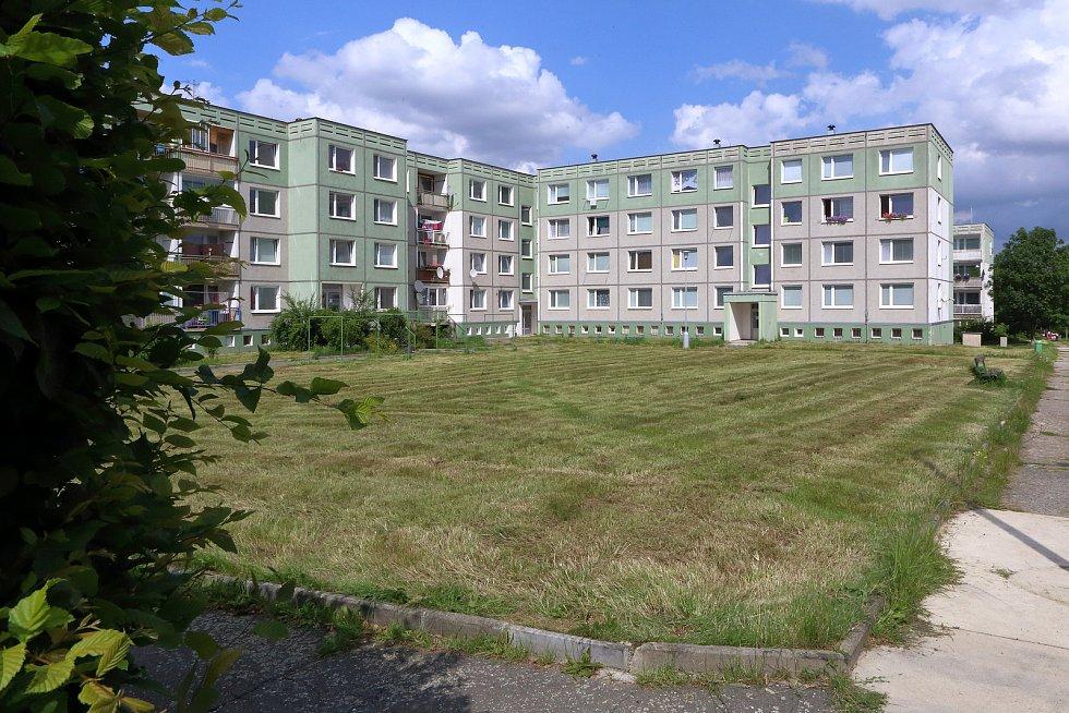 Upravený trávník vnitrobloku v Bzenecké ulici na sídlišti Upravený trávník ve Vrbovecké ulici na sídlišti Vinice.