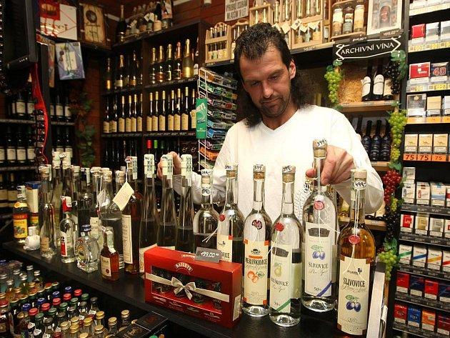 Zákazníci specializované prodejny s nápoji v Kollárově ulici teď nakupují zejména sekty. Na snímku prodavač Radek Hůrka
