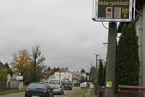 Informační měřák hlídá na hlavní silnici dopravu ve směru z Plzně i na Plzeň