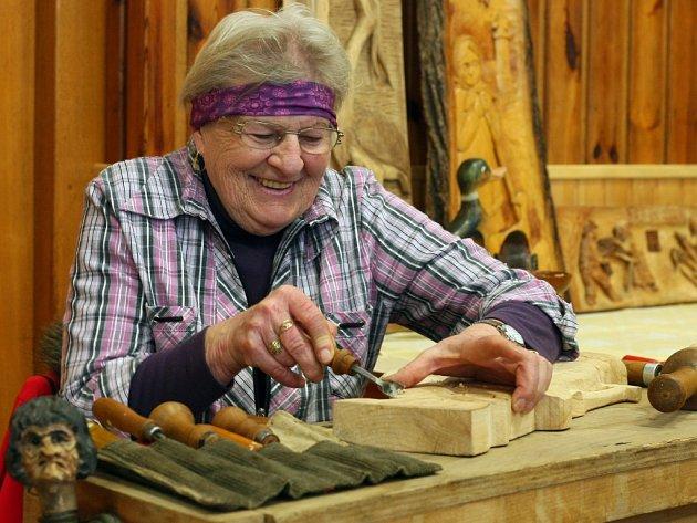 Jiřina Andrlíková z Příchovic se k řezbářství dostala ve 40 letech. Ze zahrady si udělala galerii