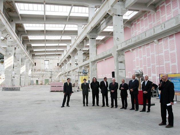 Ředitel science centra Techmania, které vzniká v hale budovy věnované Škodou Holding, Vlastimil Volák, představuje projekt