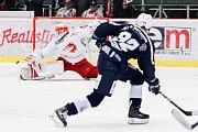 Semifinále play off hokejové extraligy - 5. zápas: HC Oceláři Třinec - HC Škoda Plzeň, 11. dubna 2019 v Třinci. Na snímku (zleva) brankář Třince Šimon Hrubec, Denis Kindl.