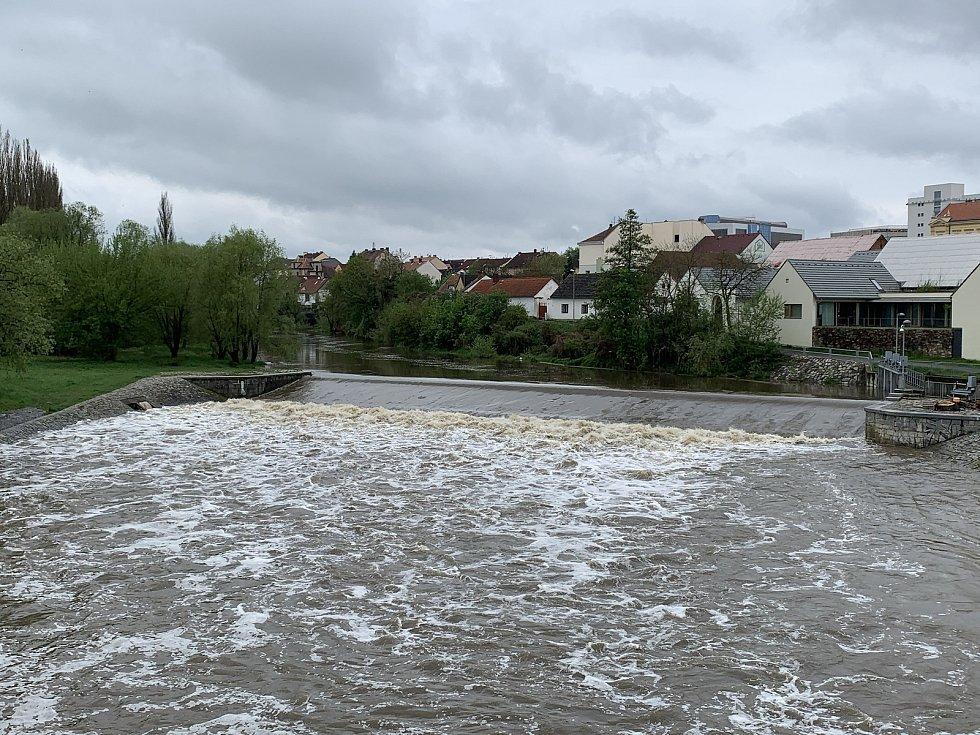 Zvýšená hladina řeky Radbuzy pod plzeňským Škoda sport parkem.