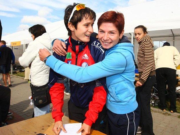 Při LifeInLine Tour v Plzni změřily síly i české olympioničky, rychlobruslařky Martina Sáblíková (vlevo) a Kateřina Novotná