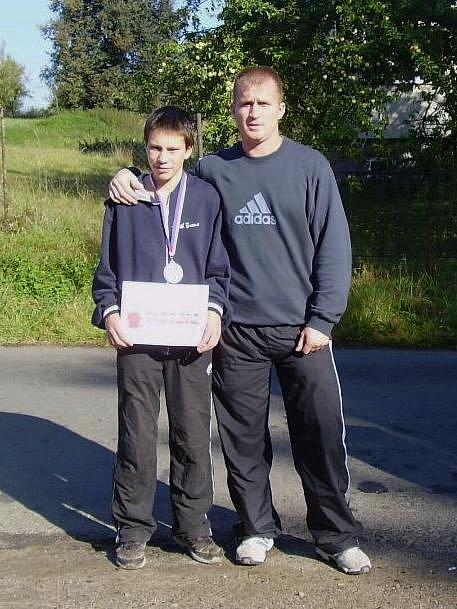 Patnáctiletý boxer BC Star Plzeň Jiří Štádler (vlevo) vybojoval stříbrnou medaili na juniorském mistrovství ČR v Moravské Třebové. Na snímku je s ním jeho trenér Radek Seman