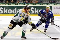 Hokejisté HC Plzeň vyhráli v Mladé Boleslavi 7:4. Na snímku plzeňský Michal Dvořák (vpravo) stíhá jednoho z hráčů domácích