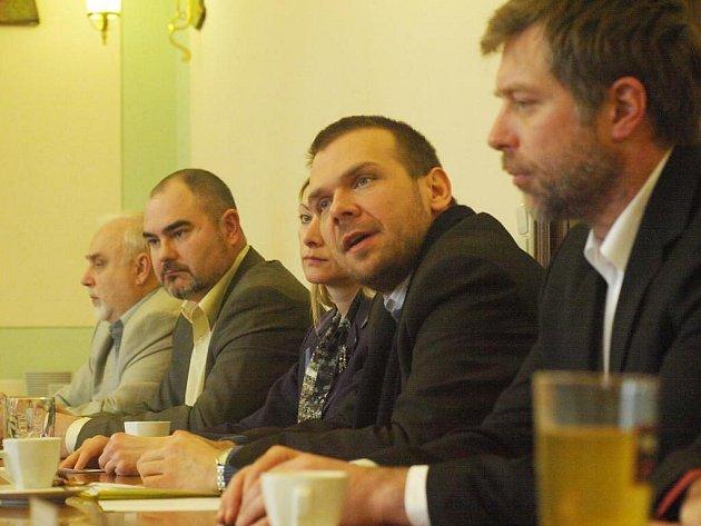 Zástupci koalice za ČSSD (zleva Miloslav Šimák, Martin Zrzavecký a Eva Herinková) a ODS (Martin Baxa, Petr Rund) představili programové prohlášení rady.