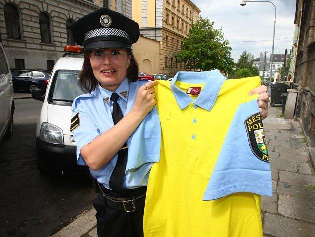 Mluvčí plzeňské městské policie Jana Pužmanová ukazuje nové tričko, které bude od 1. června součástí uniformy strážníků