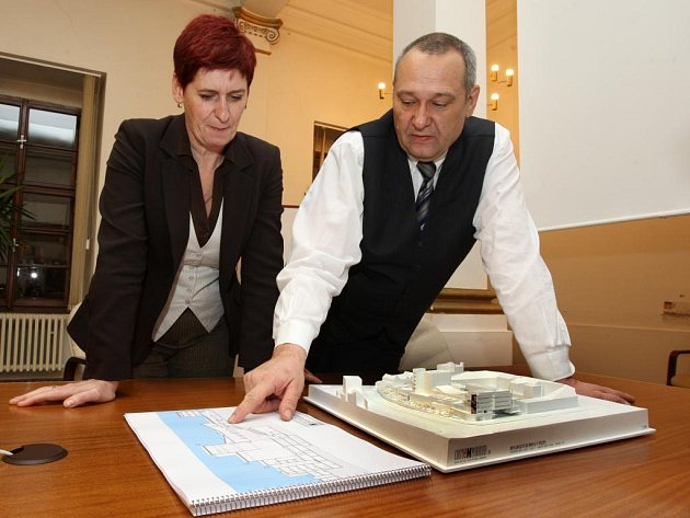 Primátor Pavel Rödl se svojí náměstkyní Marcelou Krejsovou nad modelem nového divadla