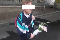 Muž s natrhal květiny na okrasných záhonech. Prodával je pak dál za 40 korun