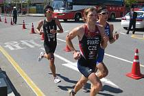 Plzeňský triatlonista Přemysl Švarc (v čele) se pokusí  i v příští  sezoně sbírat body na světových kolbištích a přiblížit se   startu na hrách v Londýně