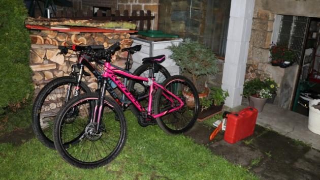 Zloději vniklido sklepa, který prohledali a odcizili dvě horská kola (pánské a dámské), motorovou pilu, uložené elektrické bourací kladivo v kufříku a řetěz na pilu.