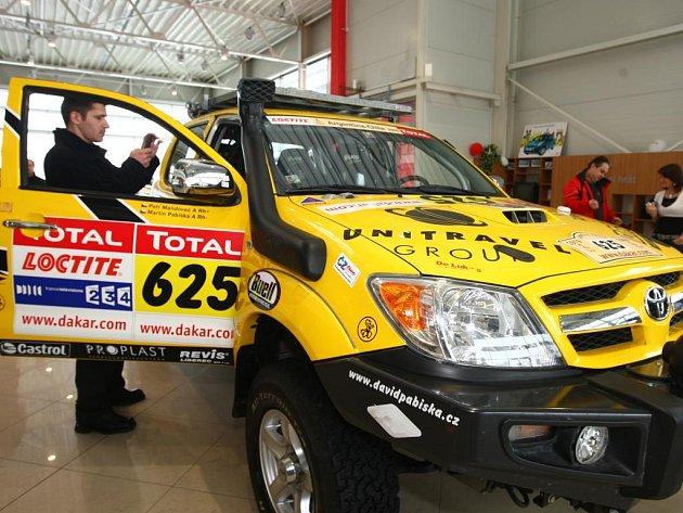 V plzeňském autosalonu Toyota jsou k vidění vozí, které se účastnily dakarské rallye