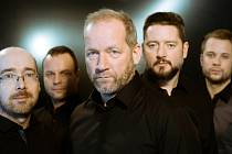David Koller (v popředí) s muzikanty, s nimiž vyrazil na turné k albu ČeskosLOVEnsko. V plzeňském Pekle koncertují 4. prosince