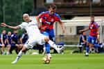 Jan Kopic v souboji s fotbalistou Karabachu