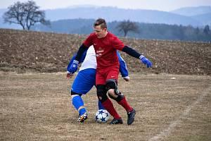 NEJEN NA ŠUMAVĚ musí fotbalisté bojovat s nelehkými podmínkami, momentka je ze zápasu v Nalžovských Horách.