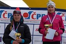Kateřina Beroušková (vpravo) si užívá vítězství v mistrovském závodě na klasické pětce,k němuž poté přidala i titul v souboji na 10 kilometrů volně. Vlevo je stříbrná Adéla Boudíková