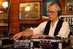 Slavný britský DJ Scratchy byl Na ulici hvězdou pátečního programu. Přestože jeho vystoupení  začalo těsně před půlnocí,  Zach´s Pub byl zcela zaplněn