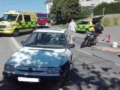 Nehoda osobního auta a motorky v Nezvěsticích