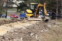 Rekonstrukce povrchů cest v parku u transfůzní stanice v Plzni na Borech má být hotova do konce května